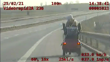 Jechała wózkiem inwalidzkim po drodze ekspresowej