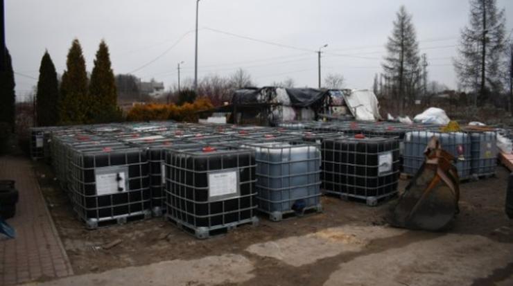 Mazowieckie. Nielegalne składowiska odpadów. Znaleziono kilkaset pojemników ze żrącą substancją