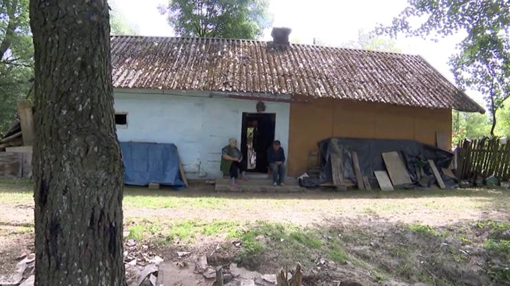 Mieszkają w zalanym domu. Dramatyczna sytuacja 73-latki i jej syna