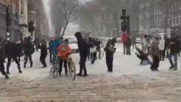 Zima sparaliżowała Amsterdam. Ludzie zaczęli... tańczyć [WIDEO]