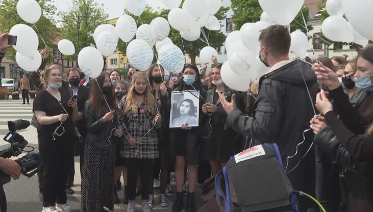 Śmierć 18-letniej Magdy. Społeczność szkoły pożegnała zamordowaną licealistkę
