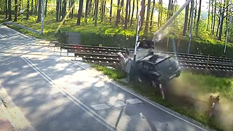 Żabieniec. Wypadek przy przejeździe kolejowym. Auto wjechało w rogatki i sygnalizację