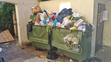 """""""Toniemy w odpadach"""". Mokotów """"zarasta"""" śmieciami po zmianie ich odbiorcy"""