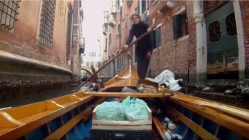 Mistrzynie wioślarstwa rozwożą łodziami żywność mieszkańcom Wenecji