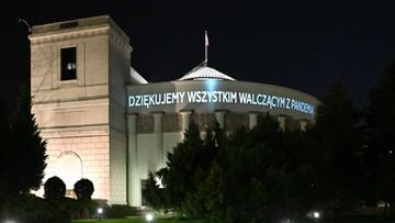 """""""Dziękujemy wszystkim walczącym z pandemią"""". Iluminacje na Pałacu Prezydenckim i gmachu Sejmu"""